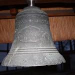 Die kleinste historische                 Glockenspielglocke (Ø 37 cm) hängt an einem Info-Stand auf dem Kirchhof Ducherow.