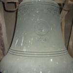 Die zweitgrößte historische        Glockenspielglocke (Ø 57,5 cm) hängt noch als Läuteglocke im Kirchturm Rosenhagen.